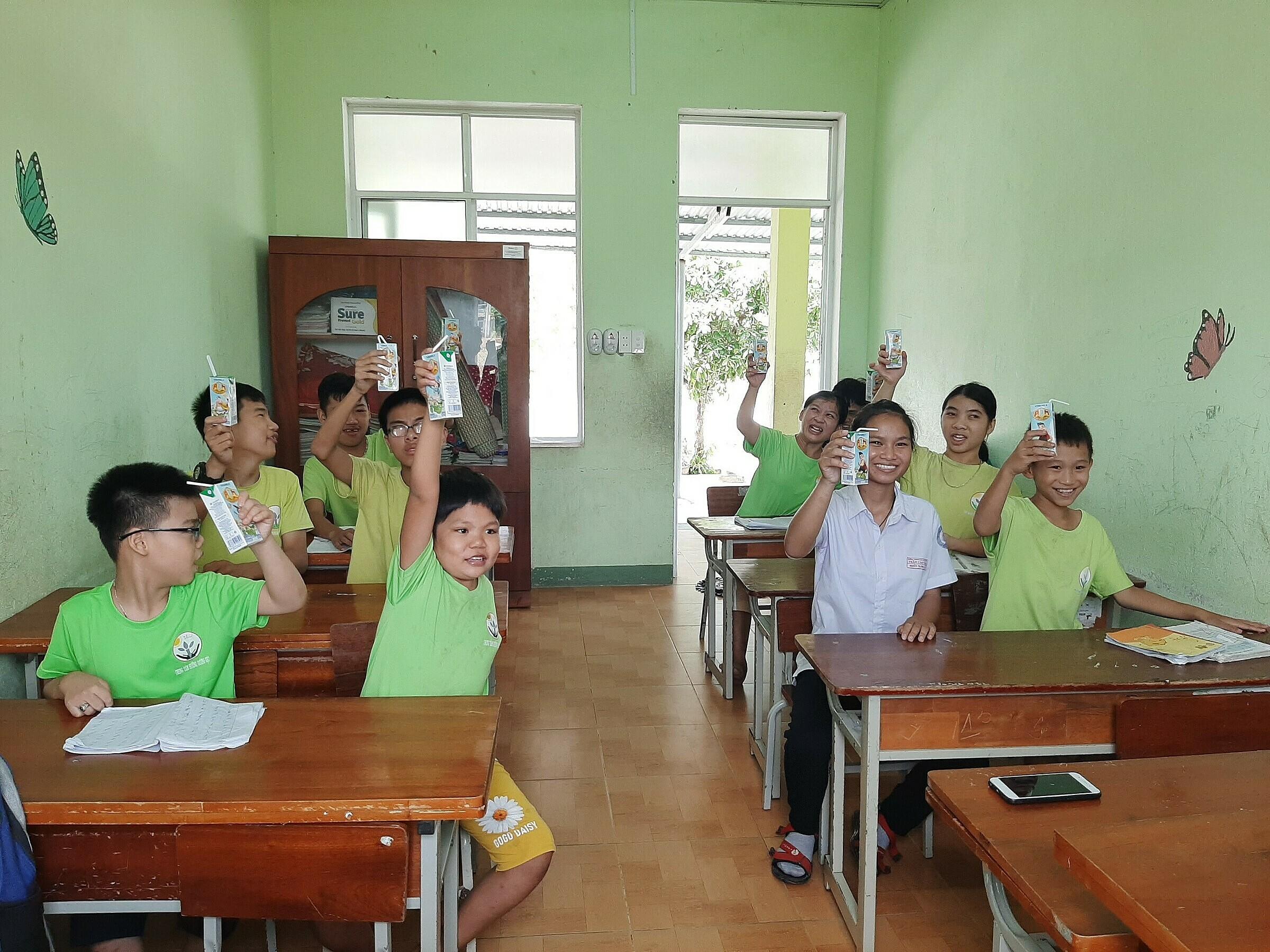 Hình 2: Trẻ em vui mừng khi được nhận sữa từ chương trình Quỹ sữa Vươn cao Việt Nam năm 2021.