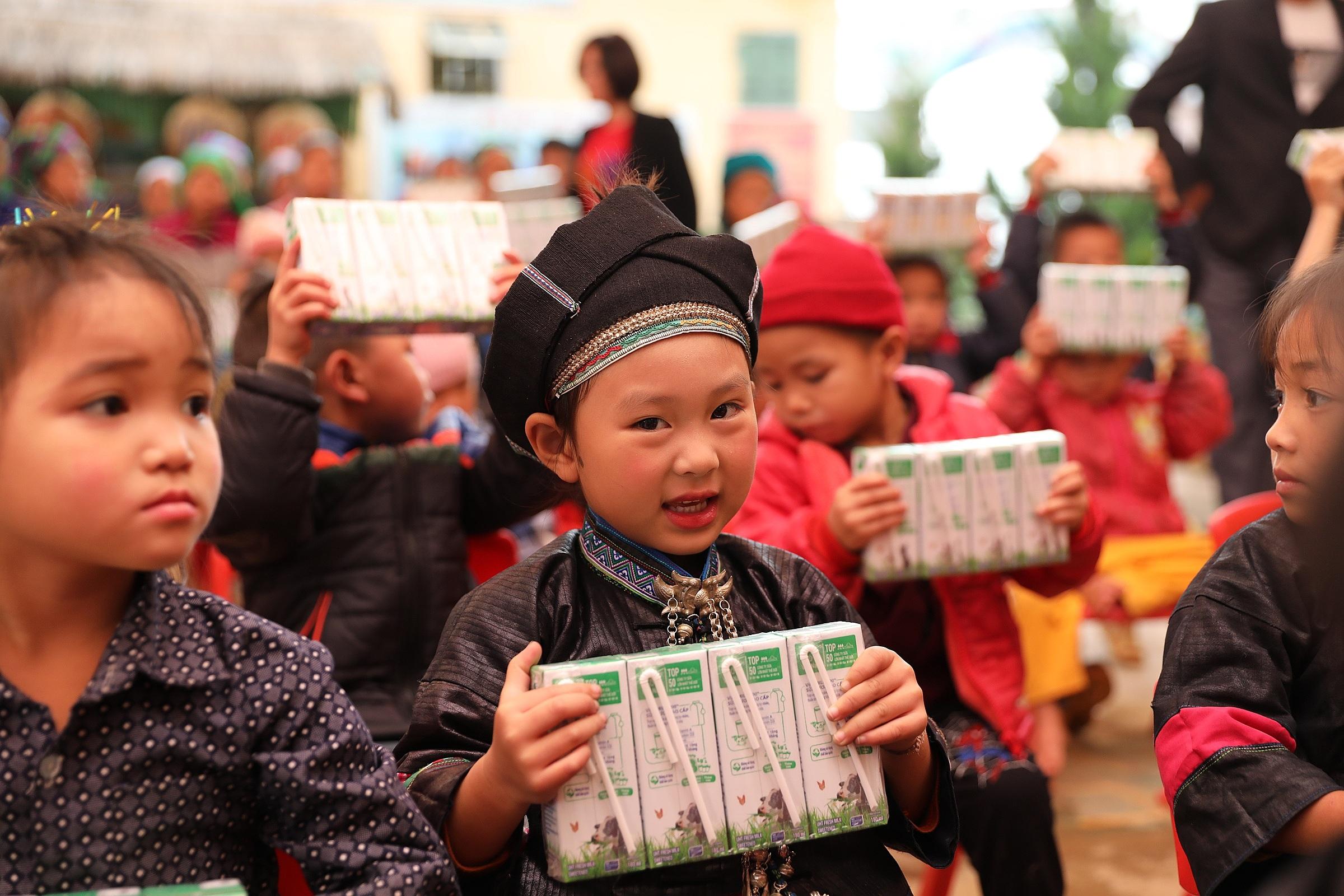 Hình 3: Trong 14 năm qua chương trình Quỹ sữa Vươn cao Việt Nam đã trao tặng sữa cho hơn 479 ngàn trẻ em có hoàn cảnh khó khăn trên cả nước.