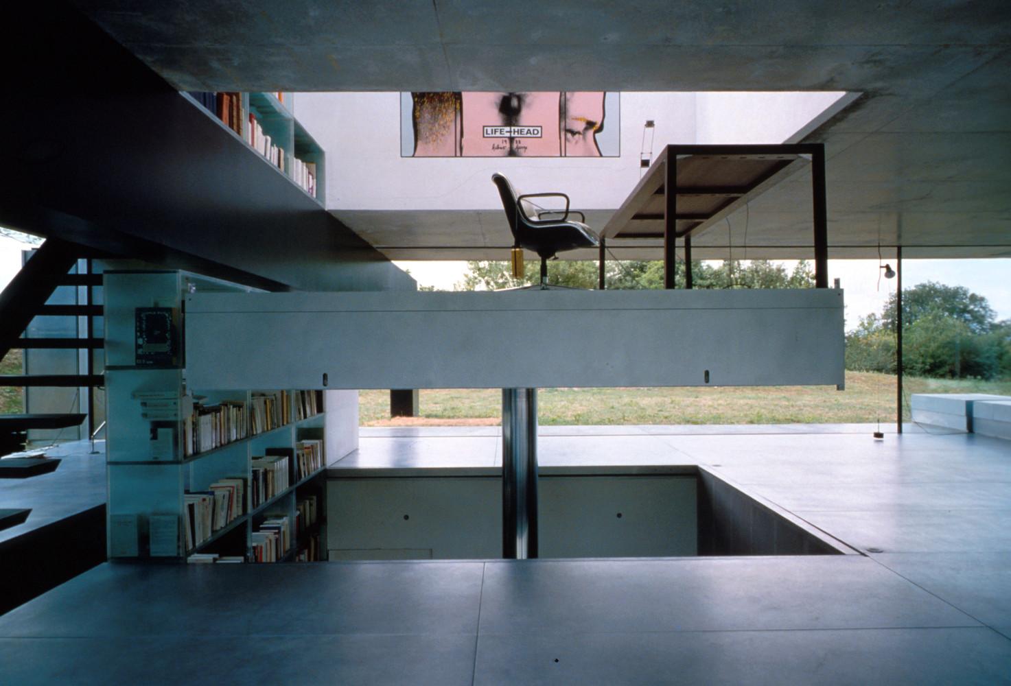 Một phần sàn có thể nâng lên hạ xuống như thang máy cho gia chủ bị liệt tiếp cận các khu vực trong nhà.