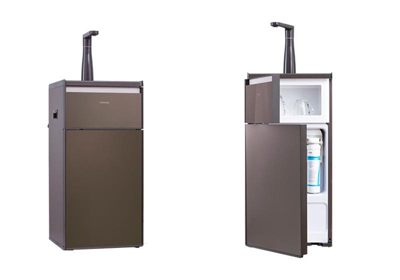 Máy lọc nước RO Toshiba TWP-N1843SV(T) với 3 lõi lọc có khả năng loại bỏ mùi và vị, loại bỏ tạp chất nhìn thấy được, khử muối, clo, vi khuẩn, kim loại nặng trong nước. Máy lọc nước tại vòi, sử dụng hiệu quả với bơm DC - van điện từ, an toàn với các tính năng báo thay lõi, tự động ngừng hoạt động khi nước đầy bình, khi áp lực nước cấp không đủ, tự động xả nước thải. Màn hình điều khiển cảm ứng thiết kế 4 nút lấy nước tự động, 3 chế độ rót tự động. Máy sử dụng nguồn điện 110~240V, công suất lọc 7,8 lít mỗi giờ, dung tích bình chứa 8 lít, kích thước tủ 90 x 40,5 x 38 cm. Giá gốc 10,99 triệu đồng, ưu đãi 30% còn 7,689 triệu đồng.