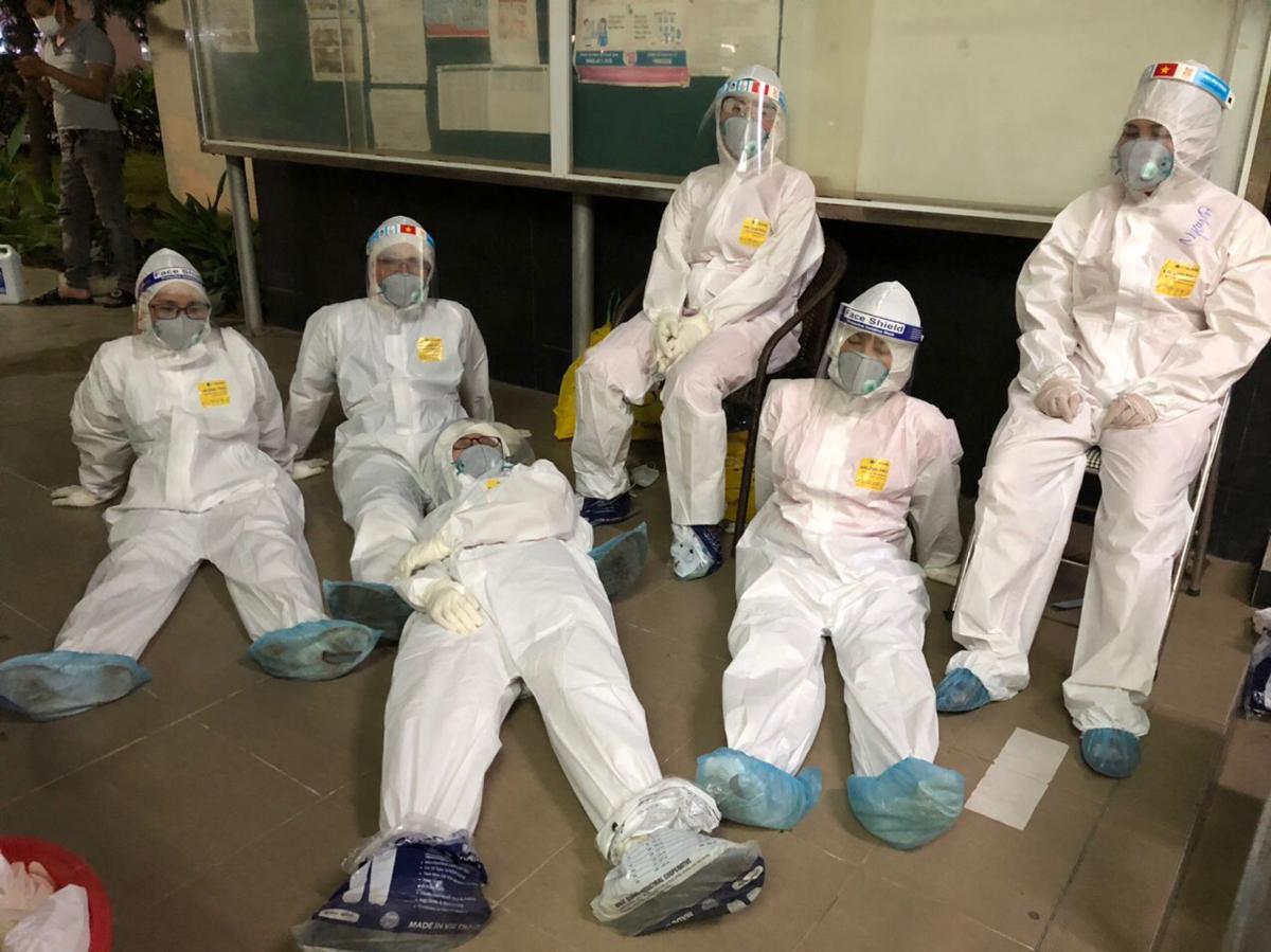 Các nhân viên y tế huyện Tiên Du tranh thủ ngả lưng sau đêm trắng 13/5 lấy mẫu cho công nhân ở huyện Yên Phong. Ảnh: Nhân vật cung cấp.
