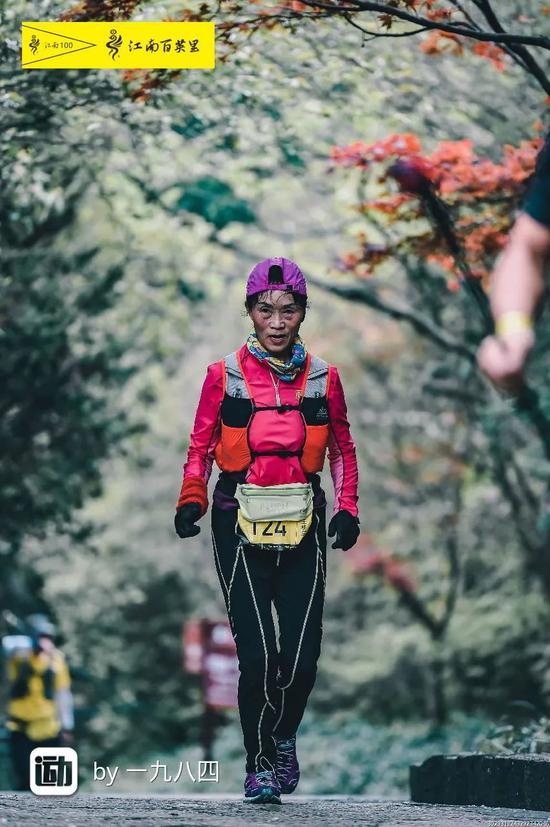 Bà quan niệm chỉ cần có thể lực tốt, có thể chạy lên núi ngắm hoàng hôn rực rỡ và tận hưởng cuộc sống tươi đẹp.