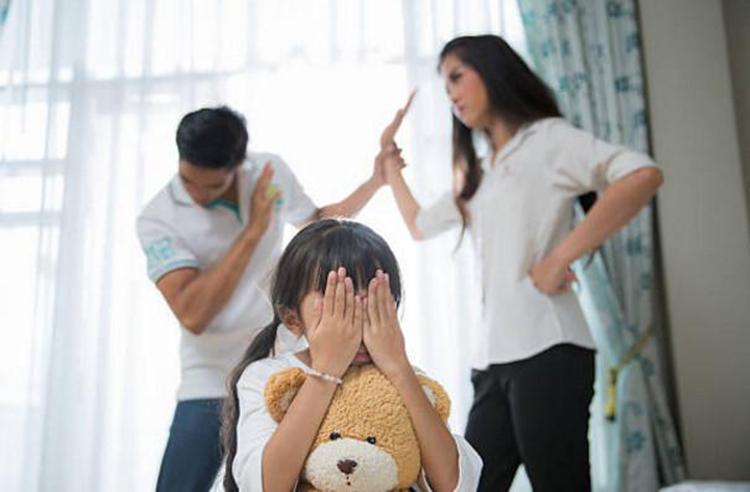 Cha mẹ thông minh không nên cãi nhau trước mặt con cái. Ảnh: shutterstock.