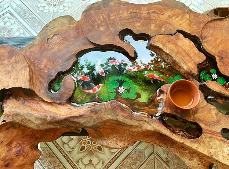 Tấm gỗ lũa này có chiều dài hơn một mét. Để vẽ trên những vùng có tiết diện nhỏ đòi hỏi sự tỉ mỉ và tinh tế của người làm.