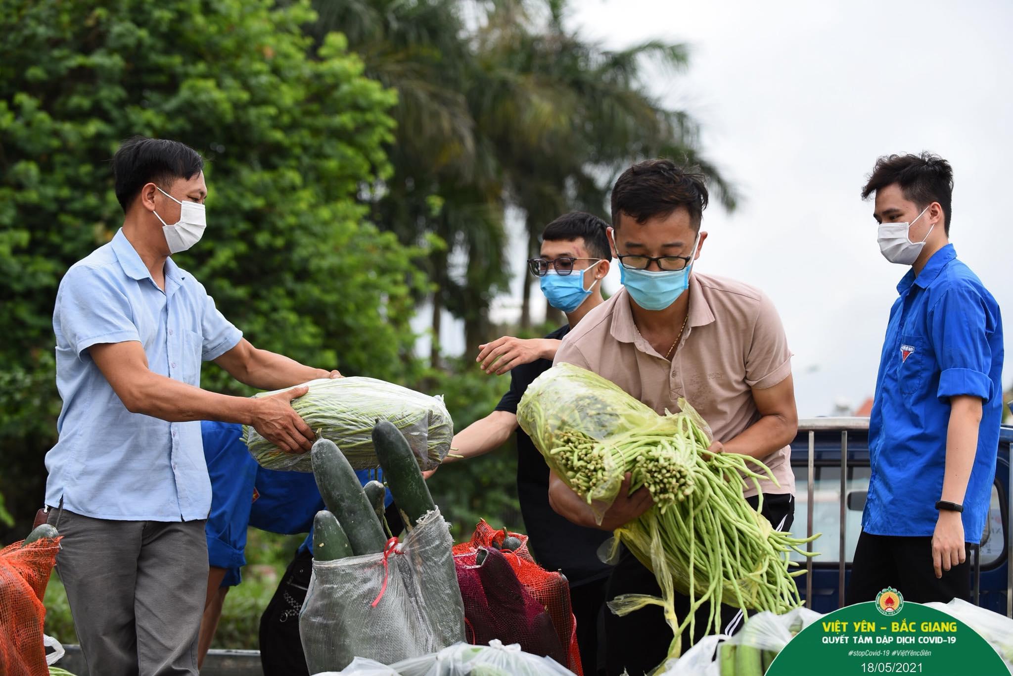 Tuấn Anh (thứ hai từ phải sang) đang tiếp nhận thực phẩm cứu trợ cho công nhân. Ảnh: Huyện đoàn Việt Yên.