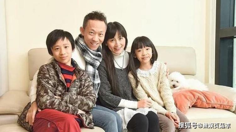 Lương Kế Chương bên gia đình mình. Ảnh: ifeng.
