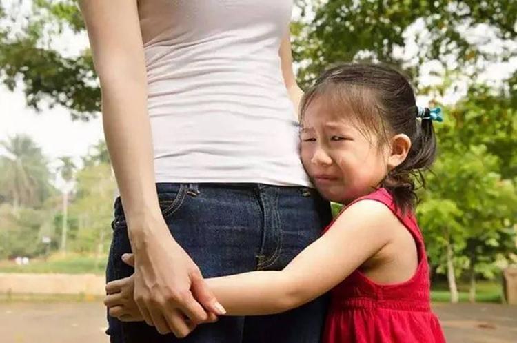 Con bị bạn đánh không phải là tình huống dễ chịu, cha mẹ cần trò chuyện với trẻ, giúp trẻ thẳng thắn nói lên suy nghĩ của chính mình. Ảnh minh họa: qq.