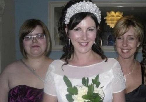 Karen Reed chụp ảnh cưới cùng khách dự tiệc trong hôn lễ đặc biệt của mình. Ảnh: Karen Reed.