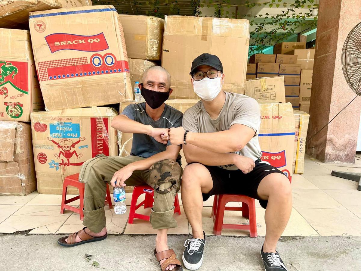 Phút giải lao của anh Hiếu và các tình nguyện trẻ tại Tỉnh đoàn Bắc Giang. Ảnh: Tỉnh đoàn Bắc Giang.