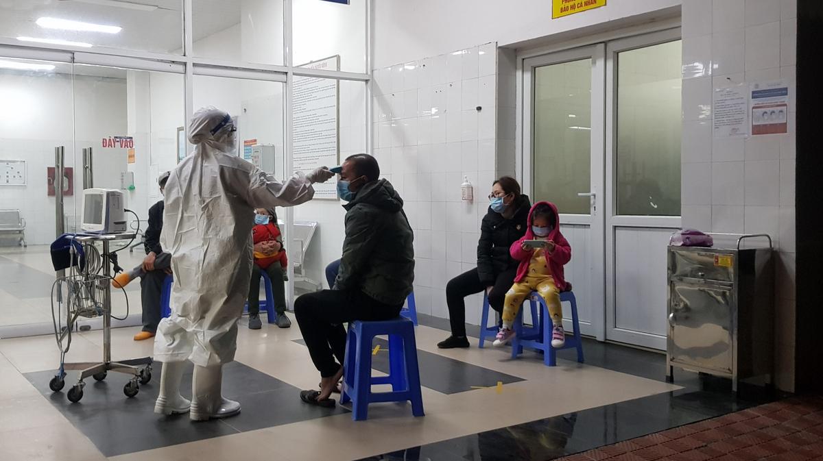 Bác sĩ Bệnh viện Phổi Quảng Ninh khám và sàng lọc bệnh nhân Covid-19, đêm 29/1. Ảnh: Nguyễn Khắc Sang.
