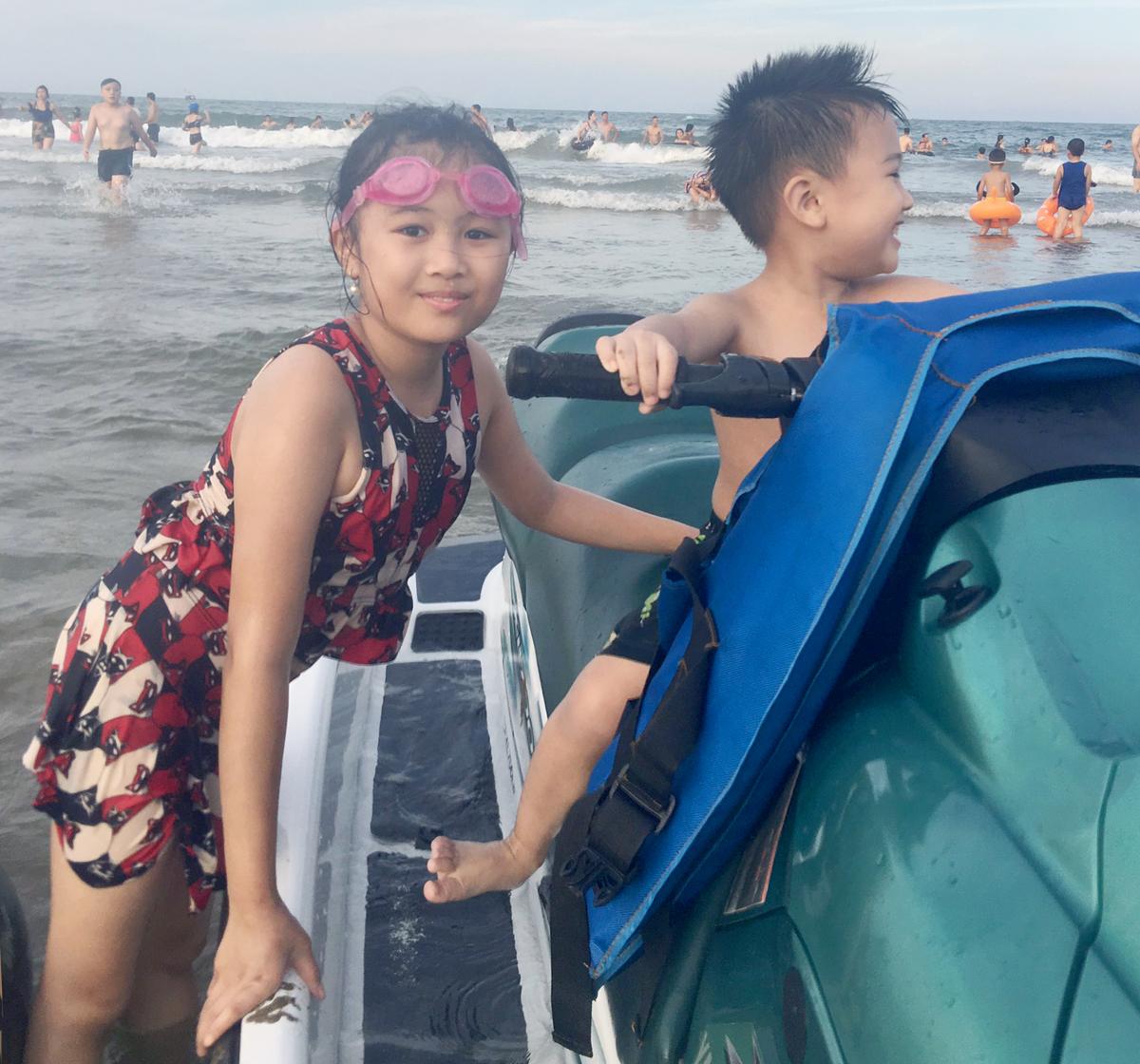 Nhung và em trai trong mùa hè năm ngoái được bố mẹ cho đi biển. Ảnh: Nhân vật cung cấp.