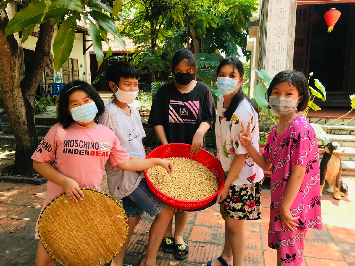 Một nhóm các em nhỏ ở quận 9 cùng nhau làm muối mè đậu phộng để ủng hộ cho tâm dịch Bắc Giang. Ảnh: Xanh Việt Nam.