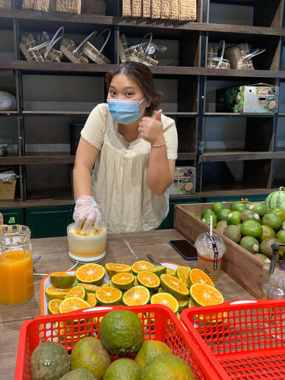 Chị Yến Anh, chủ một doanh nghiệp kinh doanh thực phẩm, nông sản hỗ trợ cam tươi ép nước tặng kèm phần cơm trưa ngày 31/5. Ảnh: Yến Anh.