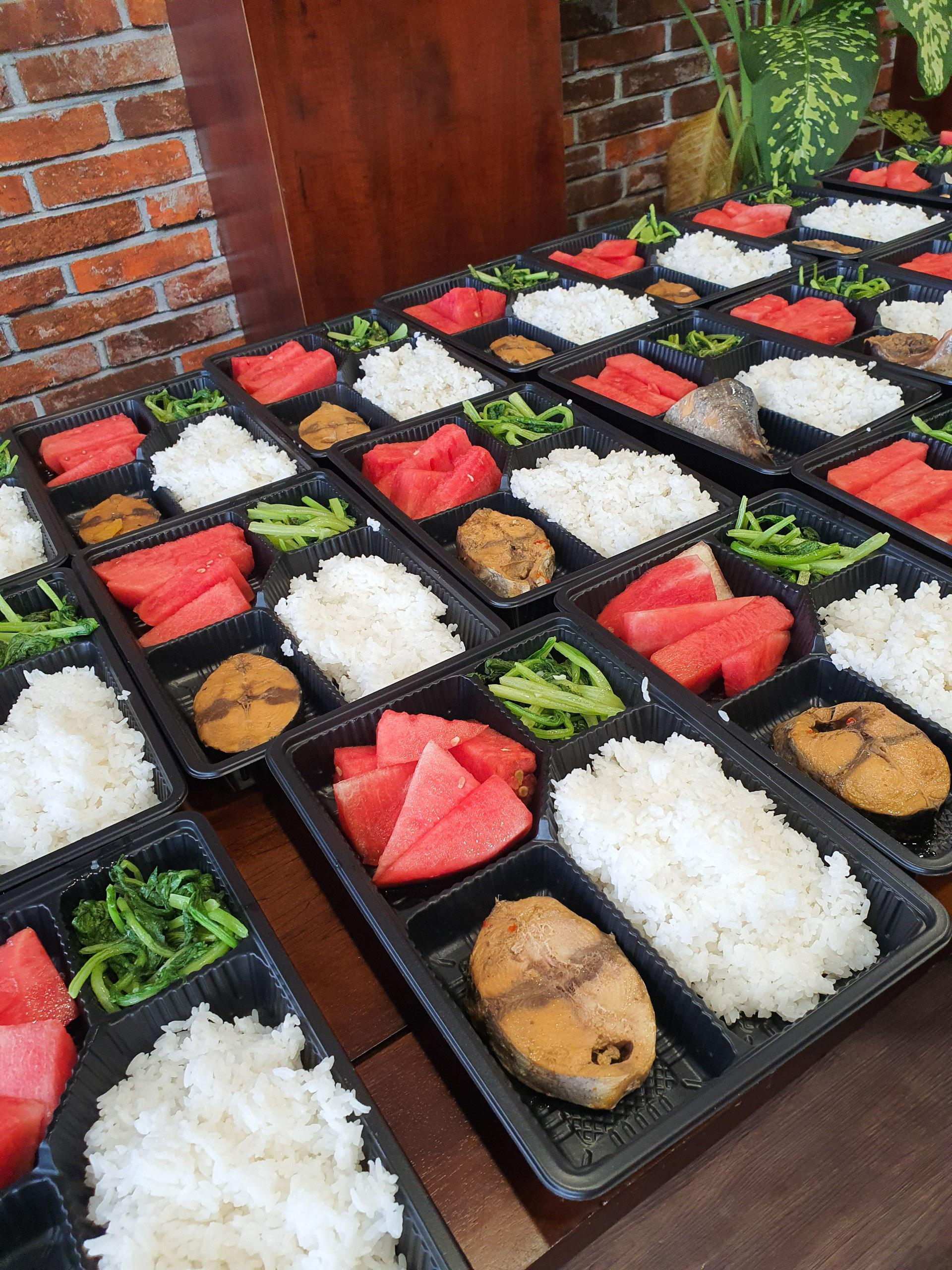 Nguyên liệu làm cơm được anh Hiền chọn mua từ những đối tác cung cấp thực phẩm cho nhà hàng của mình. Ảnh: Minh Hiền.