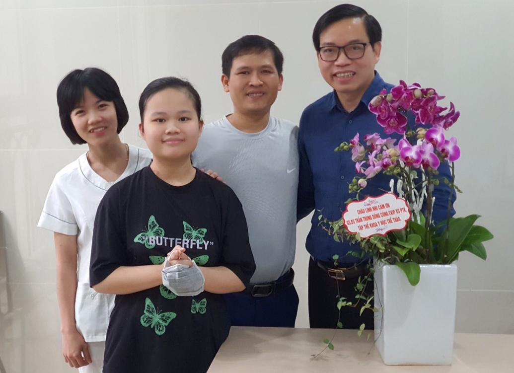 Hai bố con Linh Nhi và bác sĩ Nguyễn Trung Dũng, Bệnh viện đa khoa Tâm Anh. Ảnh: Gia đình cung cấp.