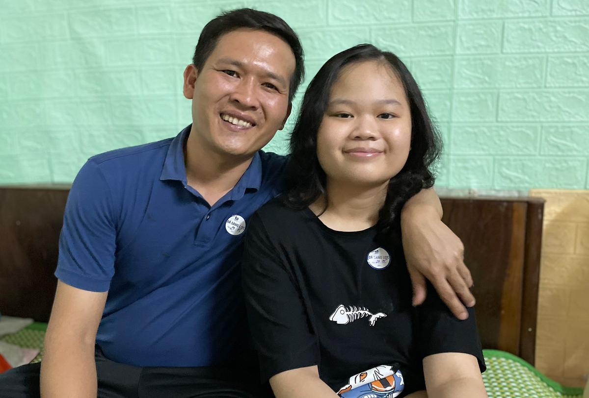 Linh Nhi và bố ở phòng trọ cạnh Bệnh viện Tâm Anh chiều tối 25/5. Hàng ngày bố đưa em qua bệnh viện vật lý trị liệu tập đi trở lại. Ảnh: Phan Dương.