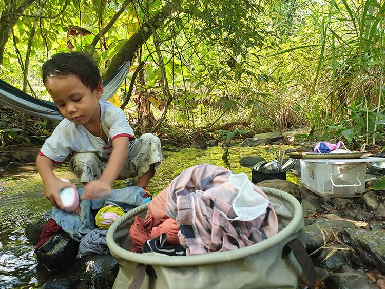 Thộn mới 4 tuổi nhưng có thể tự giặt quần áo, nấu ăn, giúp đỡ bố mẹ việc lặt vặt. Ảnh: Nhân vật cung cấp.