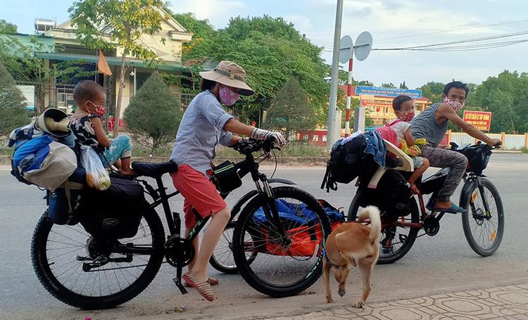 Gia đình anh Tuấn đã sống du mục trên hai xe đạp được hơn một tháng. Hiện họ đang có mặt tại Lâm Đồng. Ảnh: Nhân vật cung cấp.