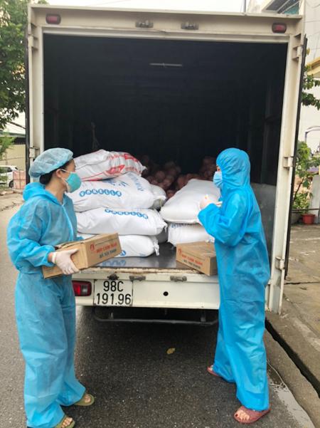 Chị Mai và chị Ninh thường chủ động khênh, vác hàng từ thiện, tập kết về kho nhà mình, chia thành các suất rồi trao cho công nhân, các hộ khó khăn trên địa bàn. Ảnh: Nhân vật cung cấp.