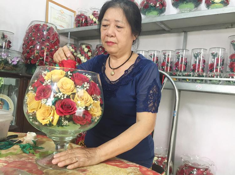 Để ướp được một bình hoa đẹp, người làm phải cẩn thận, tỉ mỉ và kiên nhẫn. Nguyên liệu làm hoa bất tử bao gồm các loại hoa tươi, cát ướp hoa của Nhật, các loại lọ, bình thủy tinh.  Ảnh: Nhân vật cung cấp.