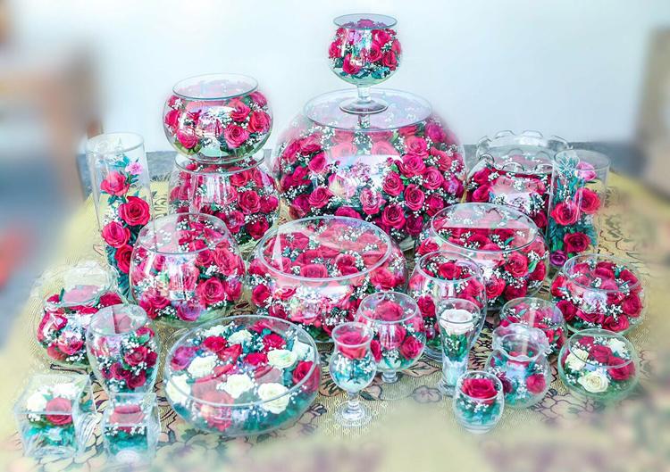 Hiện tại bà Việt làm được khoảng 50 mẫu sản phẩm. Có hai loại hoa chính được sử dụng là hoa lan và hoa hồng. Hoa tươi được chọn lọc kỹ, ngâm nước cho nở đều. Sau khi cắt riêng từng bông, hoa sẽ được rải ngập cát nguyên liệu và ướp trong hộp kín. Ướp 7 ngày, những bông hoa tươi đã trở thành hoa bất tử, cắm vào bình thủy tinh và bảo quản kín. Ảnh: Nhân vật cung cấp.