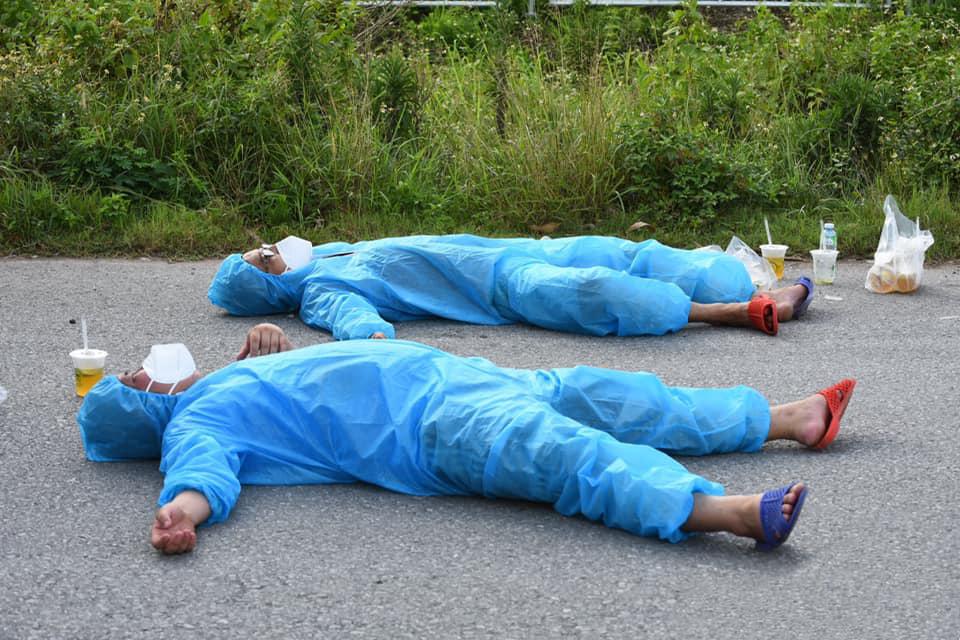 Anh Linh và một thành viên trong đội ANRM - anh Tuấn Anh - nằm vật ra đường vì kiệt sức sau một lần bốc vác hàng trưa nắng. Anh em phải dựng dậy, táp nước vào người cho tỉnh. Ảnh: ANRM.