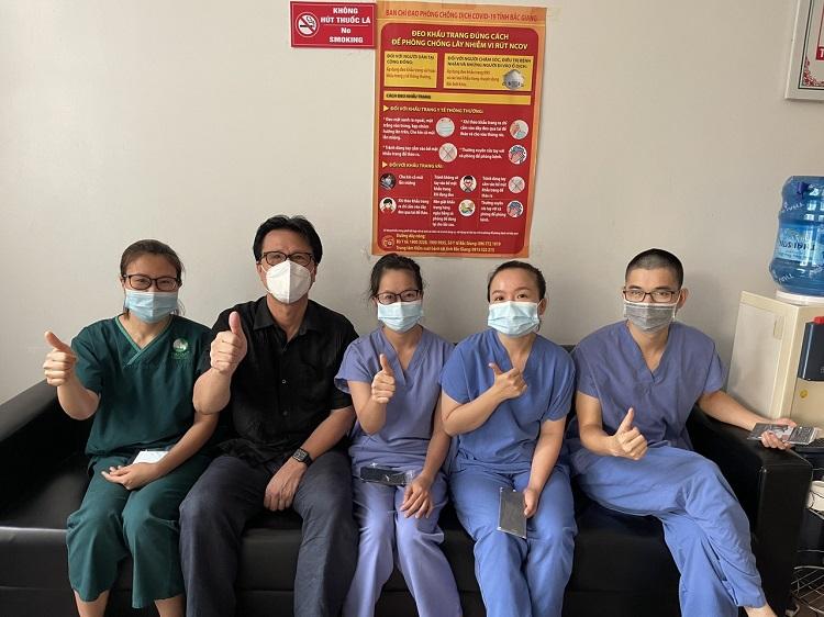 Ông Mẫn (thứ hai từ trái sang) chụp hình lưu niệm cùng các nhân viên y tế tham gia chống dịch. Trung bình mỗi ngày ông đưa đón khoảng 20 đoàn nhân viên y tế, muộn nhất là 11h30 đêm. Ảnh: Nhân vật cung cấp.