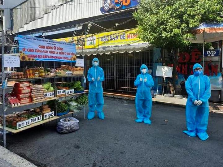 Gian hàng 0 đồng với đầy đủ các mặt hàng thiết yếu phục vụ hơn 70 hộ dân đang cách ly trong hẻm 17, đường Gò Dầu, quận Tân Phú. Ảnh: UBND quận Tân Phú.