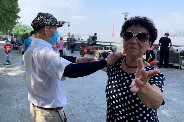 Nhiều người già Trung Quốc cả đời tiết kiệm, chỉ tìm thú vui ở dịch vụ miễn phí. Ảnh: Reuters.