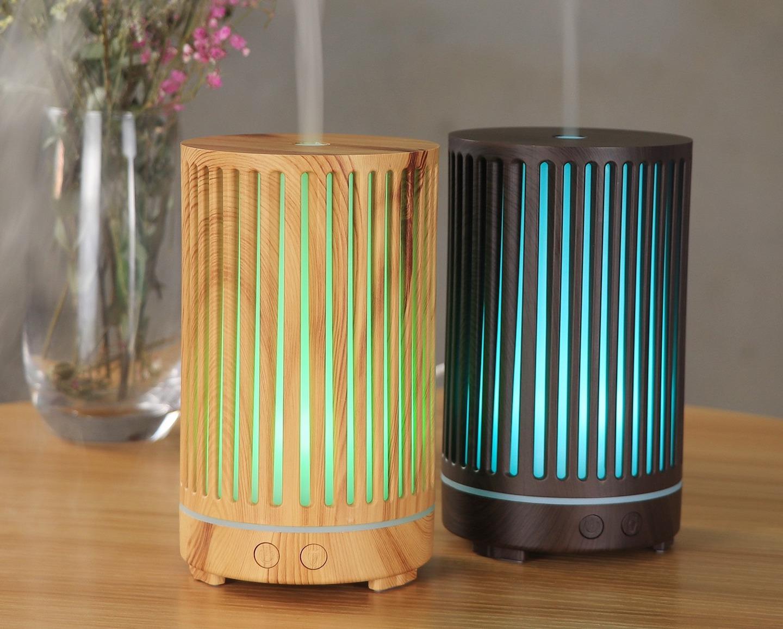 Combo máy xông tinh dầu Lorganic trụ sọc FX2063 với tinh dầu cam hương 10 ml cũng có giá 390.000 đồng. Sản phẩm gồm hai màu vân gỗ nhạt và đậm tùy sở thích bạn chọn. Họa tiết sọc trên thân máy giúp ánh đèn led tỏa ra tự nhiên, góp phần tô điểm cho gian phòng nhà bạn, có thể dùng thay thế đèn ngủ.