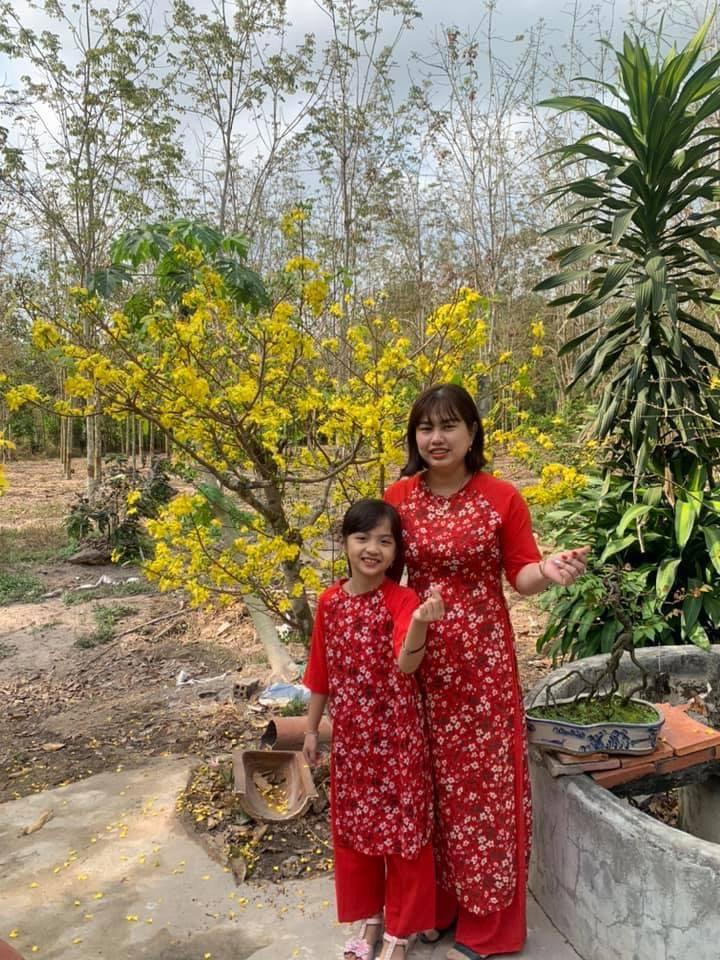 Bé Quỳnh Anh bên mẹ.