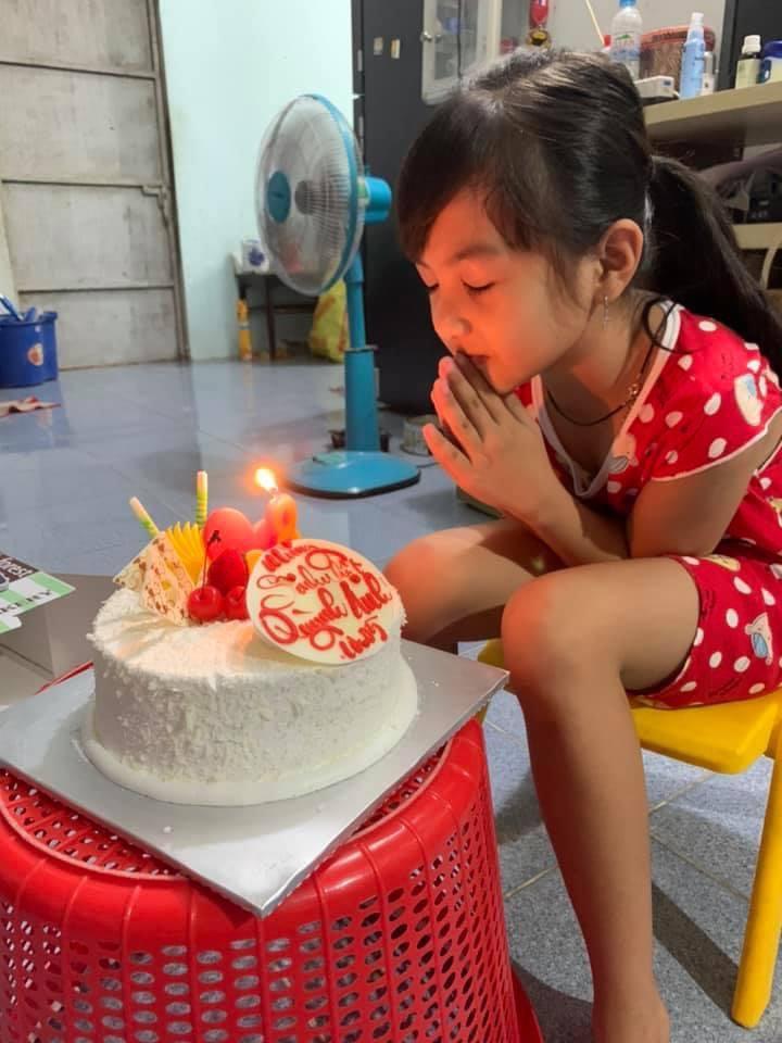 Quỳnh Anh vừa tròn 8 tuổi. Cô bé mới thổi bánh sinh nhật.