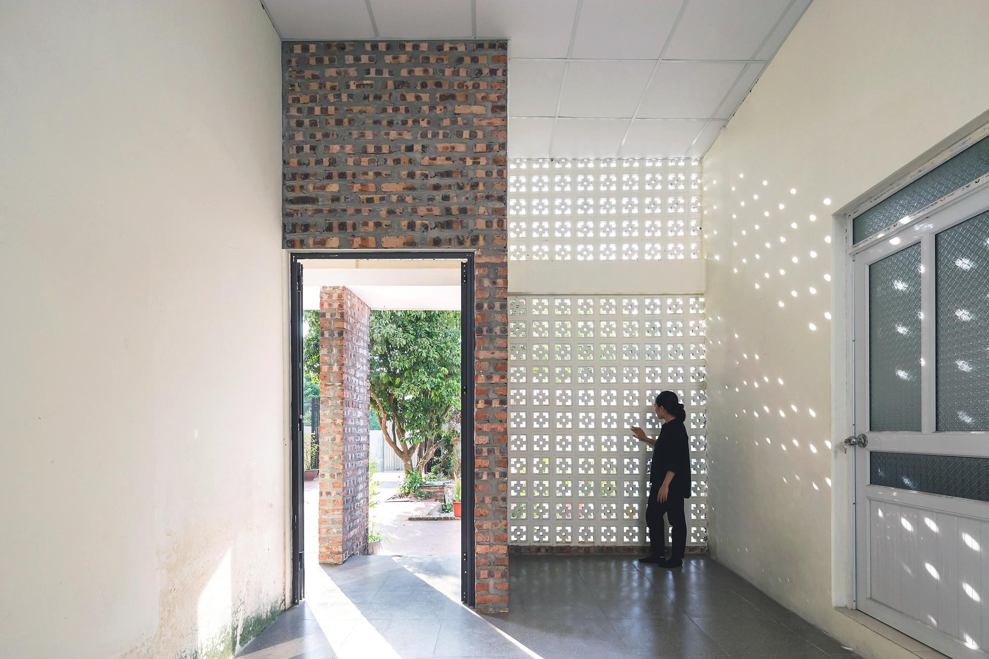 Phần lớn tường có sẵn được giữ lại, kết hợp với tường mới xây tạo nên một căn nhà cũ mà mới cho gia chủ.