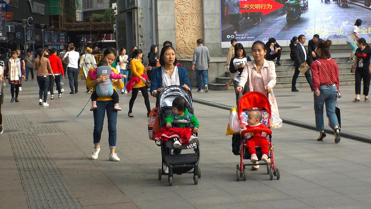 Mức sống đắt đỏ ở các đô thị là cản trở lớn nhất khiến các cặp vợ chồng Trung Quốc không muốn sinh thêm con. Ảnh minh họa: Shutterstock.