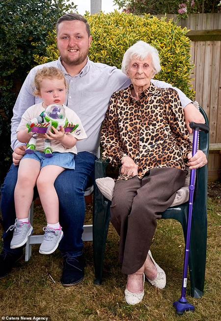 Cụ Rose bên thế hệ thứ 5 và thứ 6 của mình. Cụ cách chít của mình 98 tuổi. Ảnh: Dailymail.