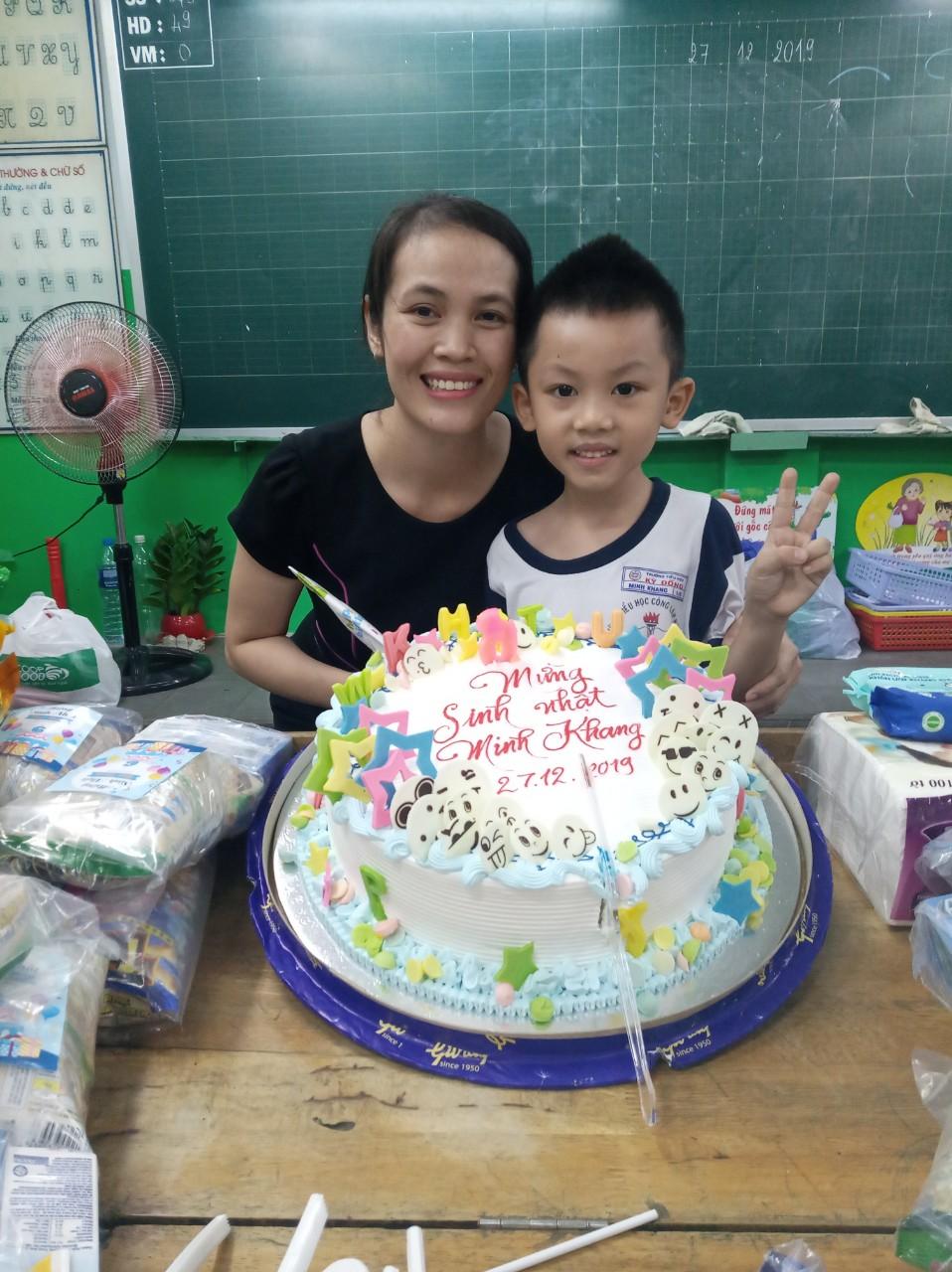 Bé Trần Ngọc Minh Khang bên mẹ trong ngày sinh nhật.