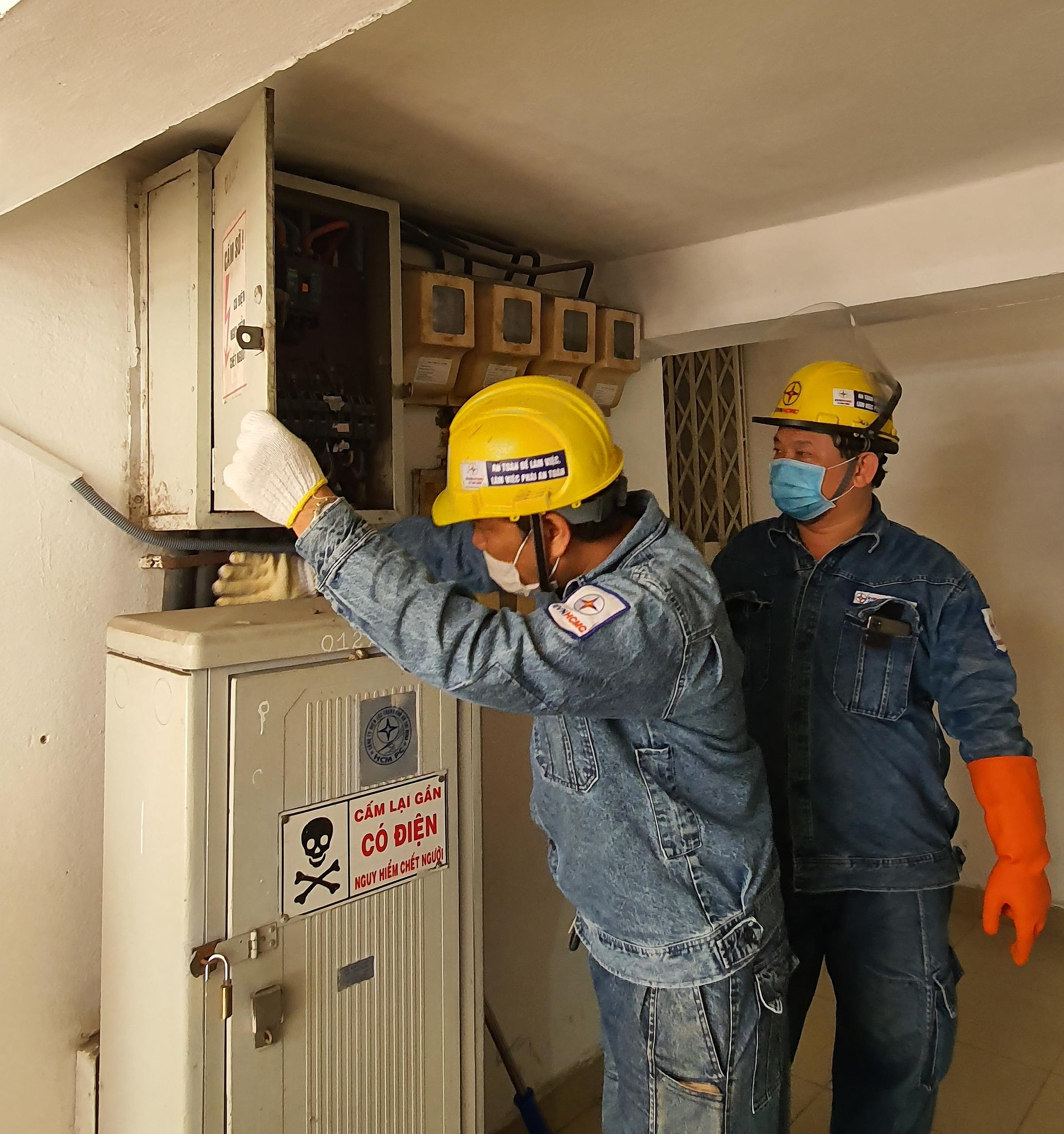 Nhân viên EVNHCMC kiểm tra an toàn hệ thống điện tại chung cư.