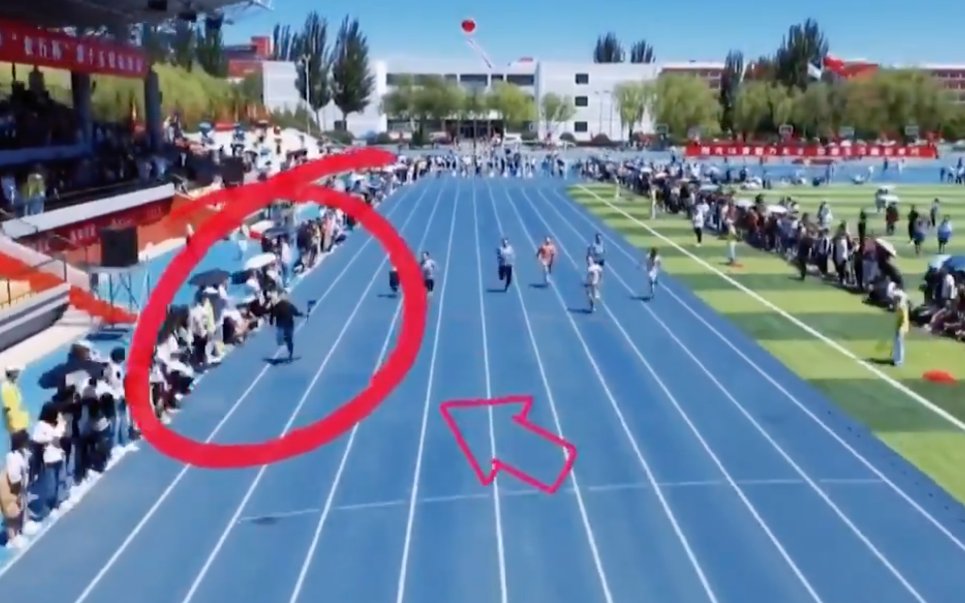 Cameraman (khoanh đỏ) chạy ở làn ngoài cùng. Ảnh chụp màn hình.