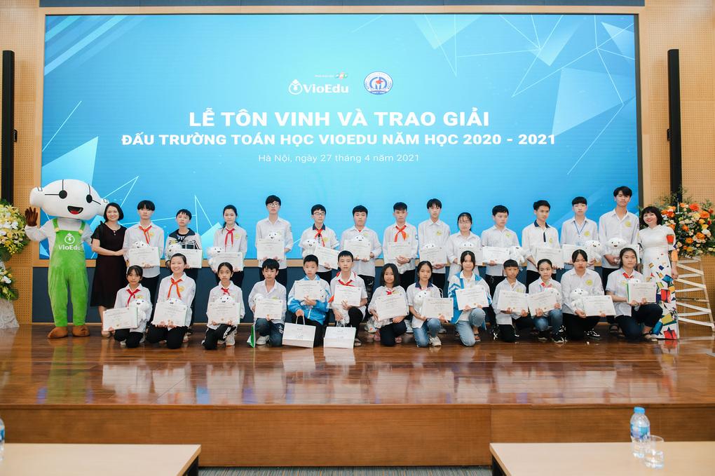 Học sinh tham gia Đấu trường Toán học Vioedu năm 2020-2021 nhận giải thưởng, giấy khen từ chương trình. Ảnh: VioEdu.