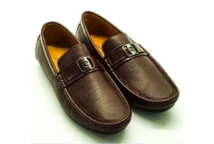 Giày nam Pierre Cardin PCMFWLE708BRW có điểm nhấn là phần khóa khắc logo thương hiệu ở mặt trên. Đường may tỉ mỉ, đều đặn. Bề mặt da có vân sọc nhẹ màu nâu lạ mắt, là lựa chọn lý tưởng cho người thích đa dạng phong cách, thay cho những đôi giày đen trung tính cơ bản.