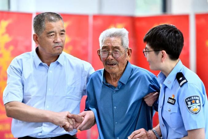 Ông Luo Fengkun và con trai Fu Guilin. Ảnh: Thepaper.