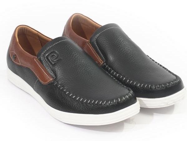 Giày lười nam Pierre Cardin PCMFWLD098BLK nổi bật với phối màu đen - nâu kèm đế giày cao su màu trắng, góp phần tạo điểm nhấn cá tính, thanh lịch cho phái mạnh. Logo thương hiệu khắc chìm trên lưỡi gà của giày. Đế có rãnh chống trượt giúp di chuyển thoải mái.