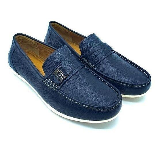 Giày lười nam Pierre Cardin PCMFWLE710NAY màu xanh navy với chi tiết khóa gài làm điểm nhấn. Đường chỉ trắng chạy viền theo mũi giày đều, gia công tỉ mỉ. Chất liệu sản xuất từ da bò, nhập khẩu trực tiếp từ Italy. Đế giày màu trắng làm từ cao su tạo sự tương phản với màu xanh navy, tạo điểm nhấn cho bộ trang phục.