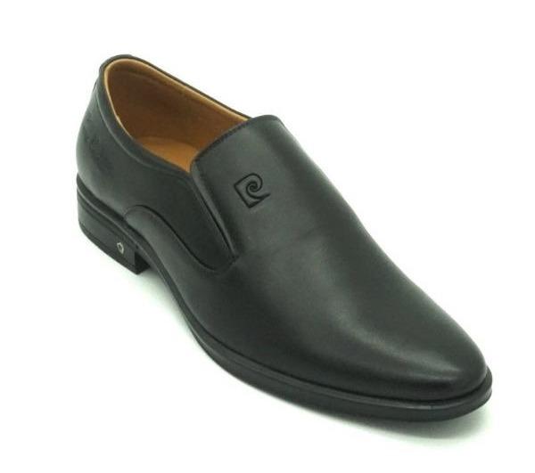 Giày da nam PCMFWLE712BLK màu đen làm từ chất liệu da bò thật kèm đế cao su chống trơn trượt hiệu quả. Mặt trong lót đệm da thật tạo sự êm ái, thoải mái cho người mang. Mũi giày nhọn, kiểu dáng đơn giản, dễ phối với nhiều trang phục khác nhau.