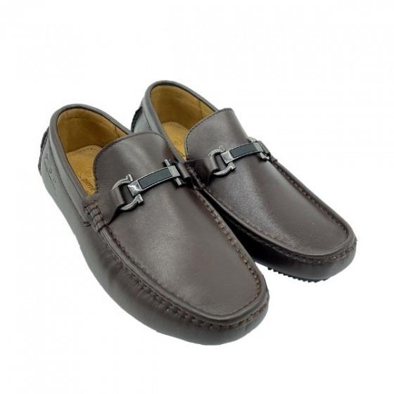 Giày lười nam Pierre Cardin PCMFWLF727BRW làm từ chất liệu talon da bò thật. Đế giày làm bằng cao su nhiệt dẻo TPR. Dáng giày lười thoải mái, dễ tháo, cởi. Khóa kim loại ở mặt trên giày tạo điểm nhấn thanh lịch, cá tính. Phần chỉ chàn ở mũi giày đều đặn, gia công tỉ mỉ.
