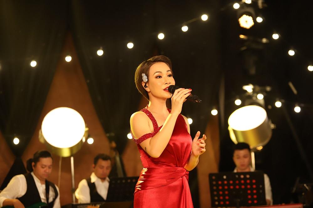 Ca sĩ Uyên Linh hát trong MV Ta sẽ hồi sinh.