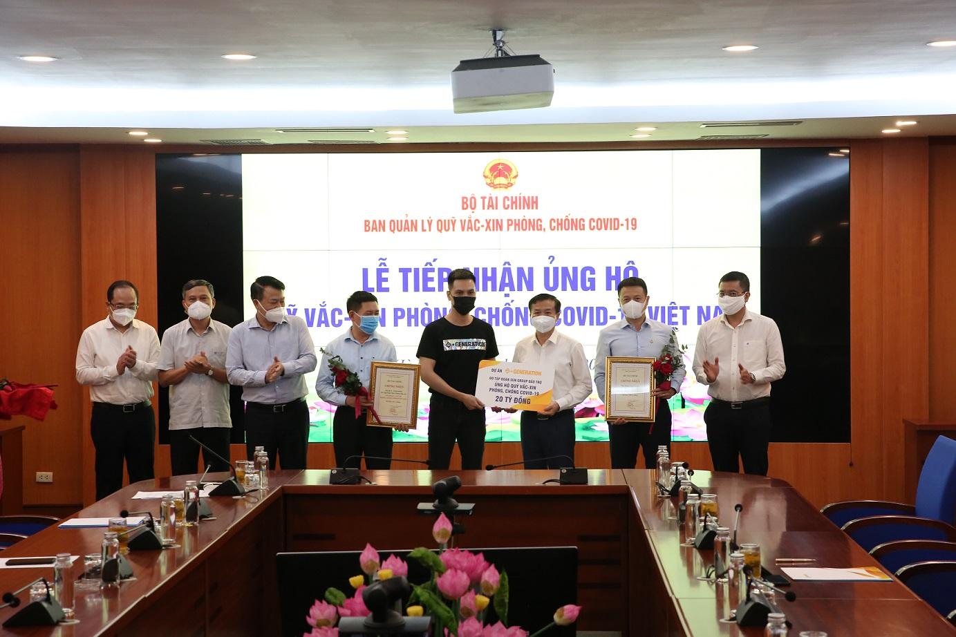 Đại diện Dự án cộng đồng Thế hệ S trao tặng 20 tỷ đồng cho Quỹ vaccine phòng chống Covid-19, hiều 11/6 tại Hà Nội.