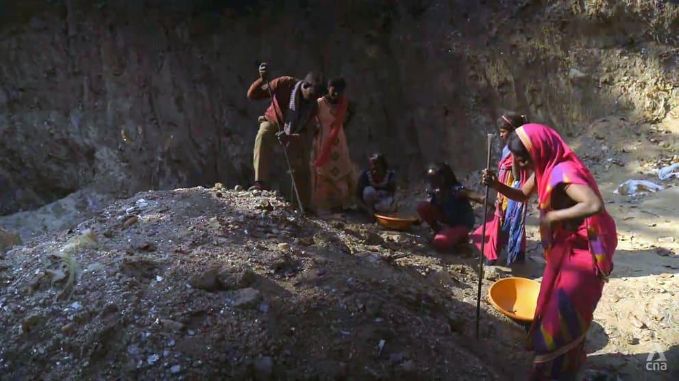 Basanti Mosamat và gia đình đang khai thác mica. Ảnh: CNA.