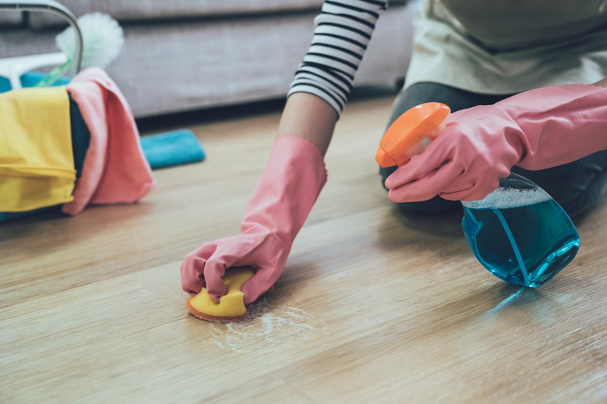 Nghiên cứu cho thấy, phụ nữ càng tốn nhiều thời gian vào việc nhà, sự hài lòng với hôn nhân càng giảm. Ảnh: Shutterstock.