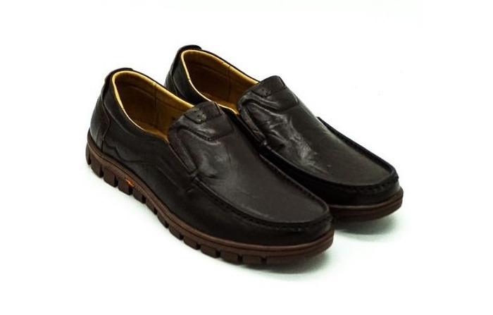 Giày da nam Pierre Cardin PCMFWLE714BRW có thiết kế nam tính với phần đế cao su màu nâu dạng rãnh sâu. Mũi giày trơn với các đường chỉ may tỉ mỉ, đều đặn. Thiết kế đơn giản song lại mang vẻ thanh lịch, sang trọng, hợp diện đi làm, dự tiệc...